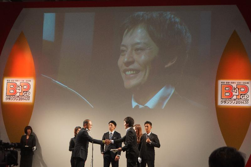 デントリペアテクニックを融合させた技術で優勝を果たした高橋選手TRガレージ(兵庫県・明石市)